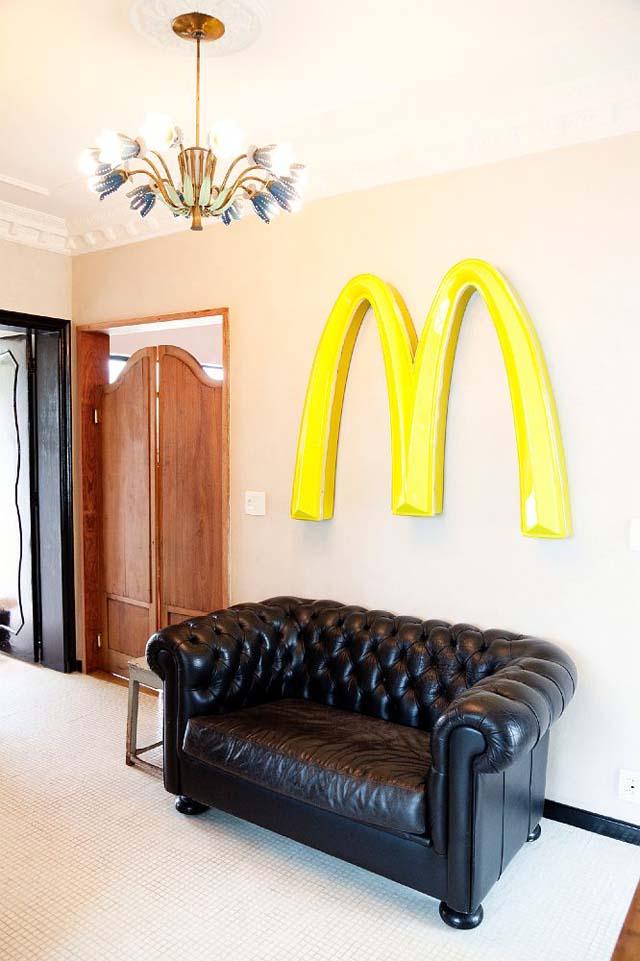Sofa chester negro de cuero y la M del McDonalds