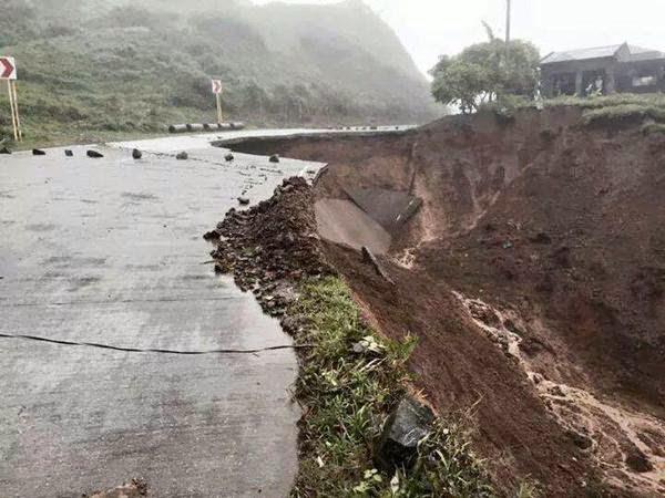 inundaciones y deslizamientos de tierra que siguieron causaron la muerte de al menos 11 personas.