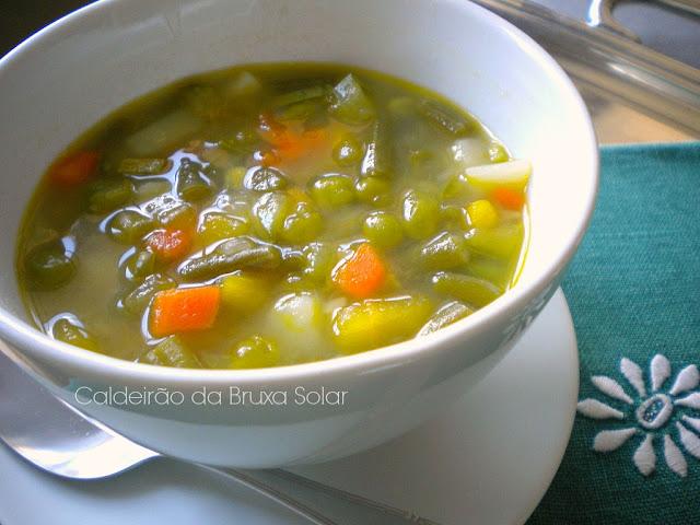 Sopa de vegetais em pedaços