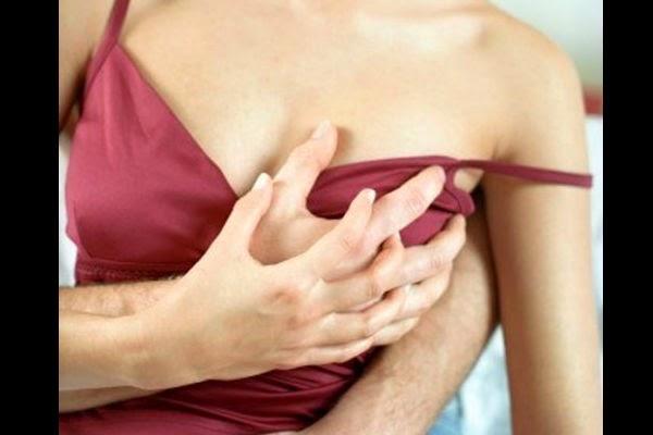 Tocando el video de sus senos