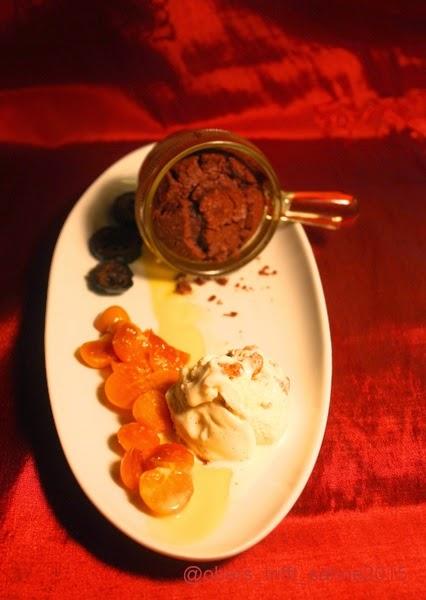 Dessert mit lauwarmen Schkokuchen und Eis