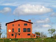 Zoom a la façana de migdia de la masia El Jovell on s'aprecia la petita galeria d'arc rebaixat