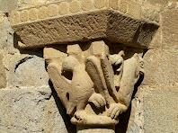 Detall del capitell de l'esquerra on hi ha representada l'àliga de Sant Joan i el lleó de Sant Marc