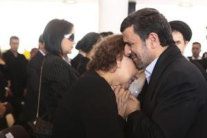 احمدی نژاد و الیاس فریاس، مادر هوگو چاوز