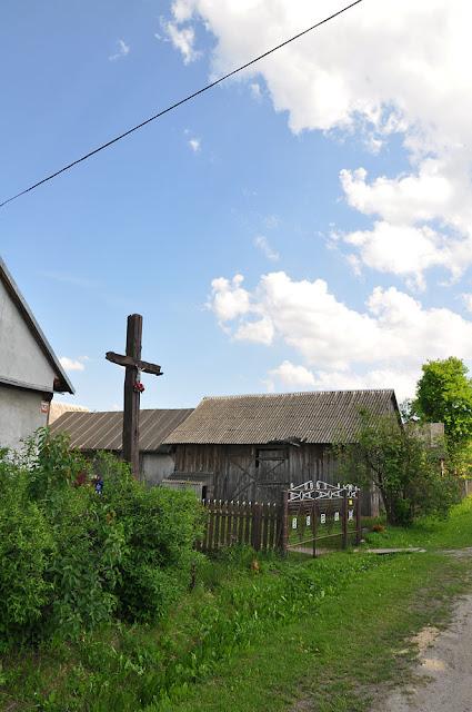 Skronina, drewniany krzyż świadek tamtych tragicznych wydarzeń, umiejscowiony tuż obok miejsca po spalonej olejarni. Fot. KW.