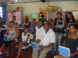 Pais conhecendo o Laptop Educacional