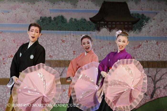 Miembros de la compañía japonesa de danza Teatro Musical OSK Nippon Revue Company, integrada solo por mujeres, interpretan el clásico El país donde florece el cerezo, durante la realización de la gala artística en ocasión de la celebración de los 400 años de amistad entre Japón y Cuba, realizada en el Teatro Martí, en La Habana, el 3 de octubre de 2014.