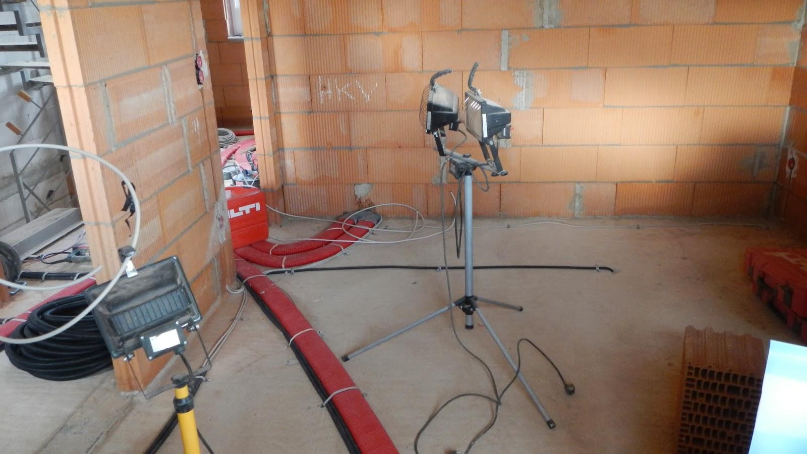 Jule und Nico\'s Haus: Viele Kabel und Rohre
