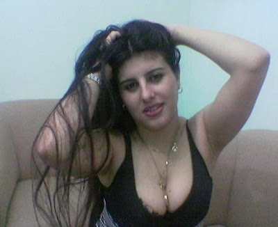 hot juicy indian aunty showing clevages