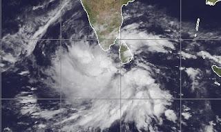 Zyklonsaison Nordindik: System 98B (potenziell Zyklon THANE) vor Indien und Sri Lanka entwickelt sich, Indischer Ozean Indik, Zyklonsaison Nordindik, Thane, aktuell, 2011, November, Satellitenbild Satellitenbilder,