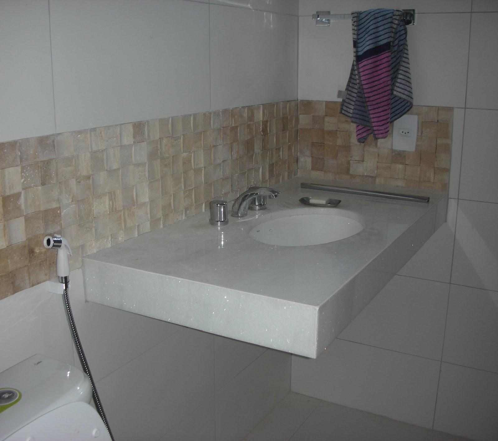 Faixa mosaico mármore travertino sobre bancada #594E44 1600x1417 Bancada Banheiro Rj