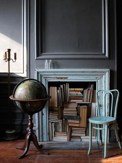 Bücher im offen gelassenen Kamin bei Tara Percy, New York, Designsponge