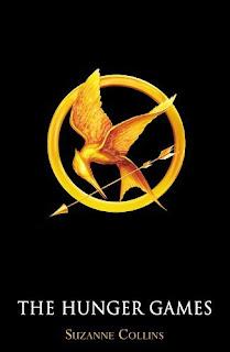 Ein Brosche die einen goldenen, fliegenden Vogel mit Pfeil im Schnabel zeigt, der Vogel dreht sich halb um