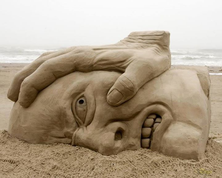 Pasir-Pantai-bentuk-Wajah-dan-tangan