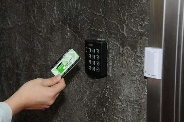 只要有呢張智能卡, 就可以24小時進出商務中心或迷你倉~