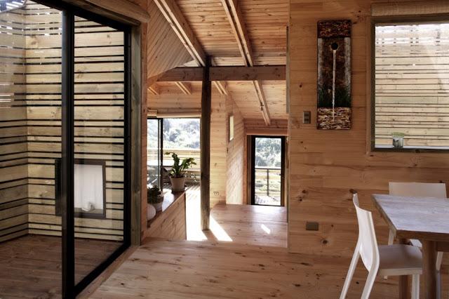 Metamorfosis casa de madera en la playa espacios en madera for Revestimiento madera interior