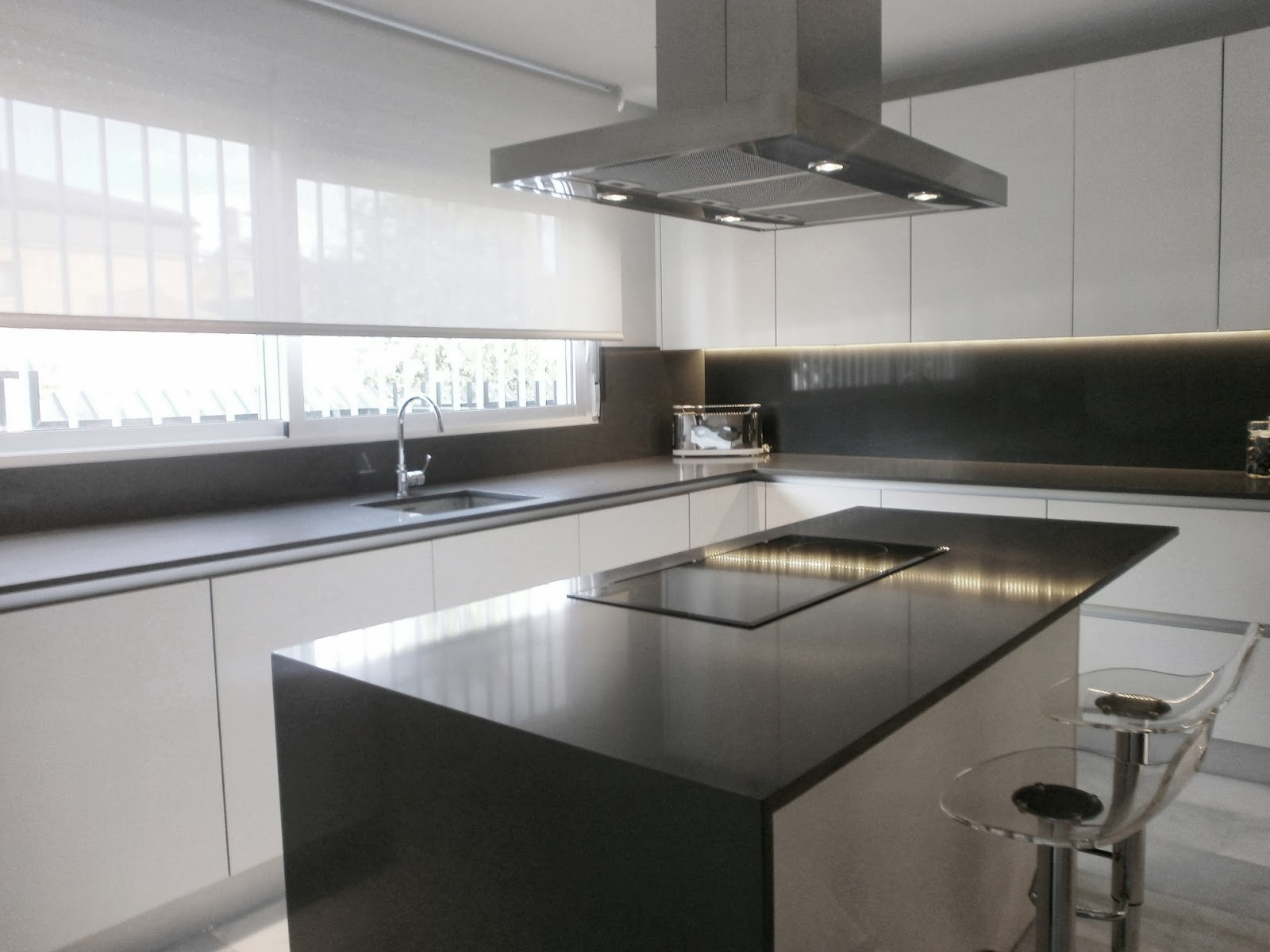 Encantadora cocina blanca independiente con isla y office - Cocina blanca encimera blanca ...