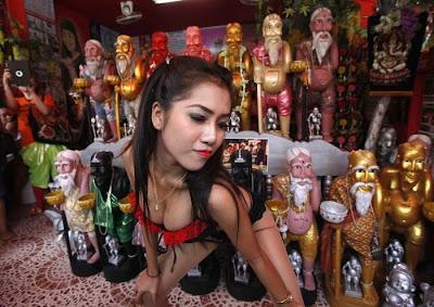 Ritual Doa Menari Telanjang di Depan Patung Chuchok Thailand
