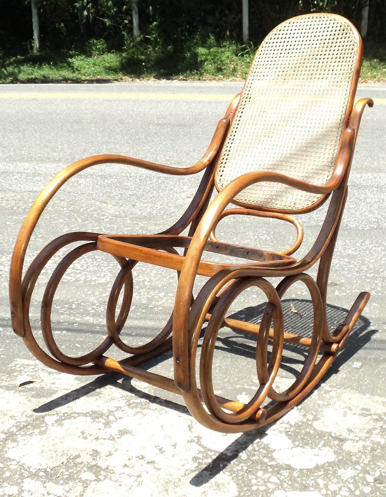 Bela cadeira de balanço da marca Gerdau feita com madeira clara  #9E602D 1242x1600