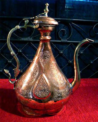 Jarra de cobre trabajada a cincel con motivos florales y figuras animales. Realizada en los talleres artesanales de El Cairo en Egipto.