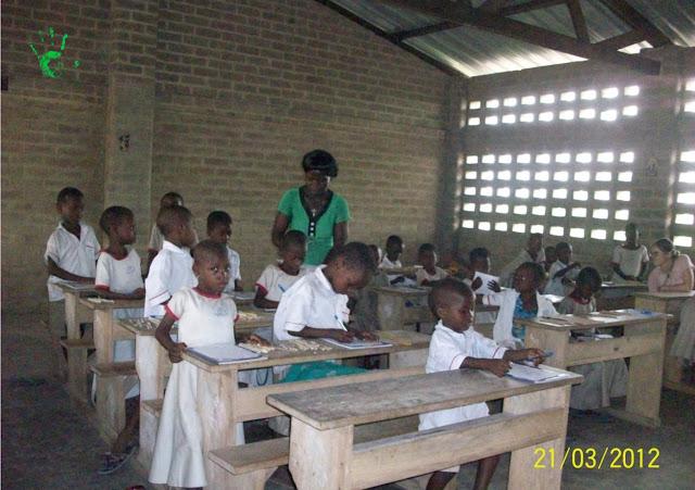 La classe della scuola primaria durante la composition nel villaggio africano in Togo