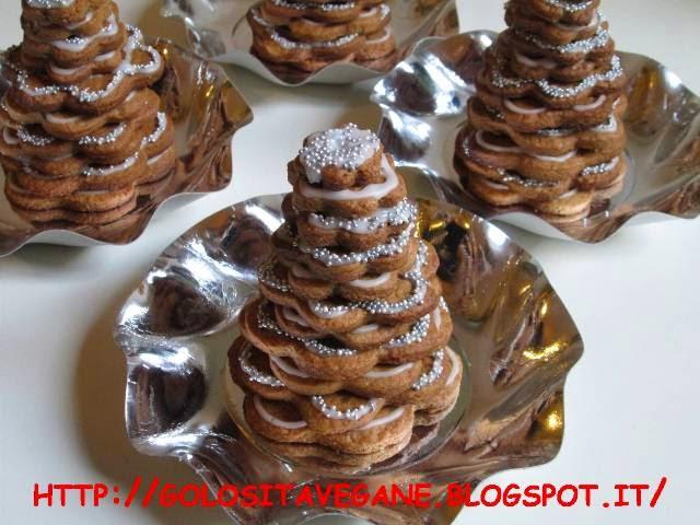Dei deliziosi biscotti Pan di Zenzero decorati con la ghiaccia reale a formare l'albero di Natale. Buone Feste!