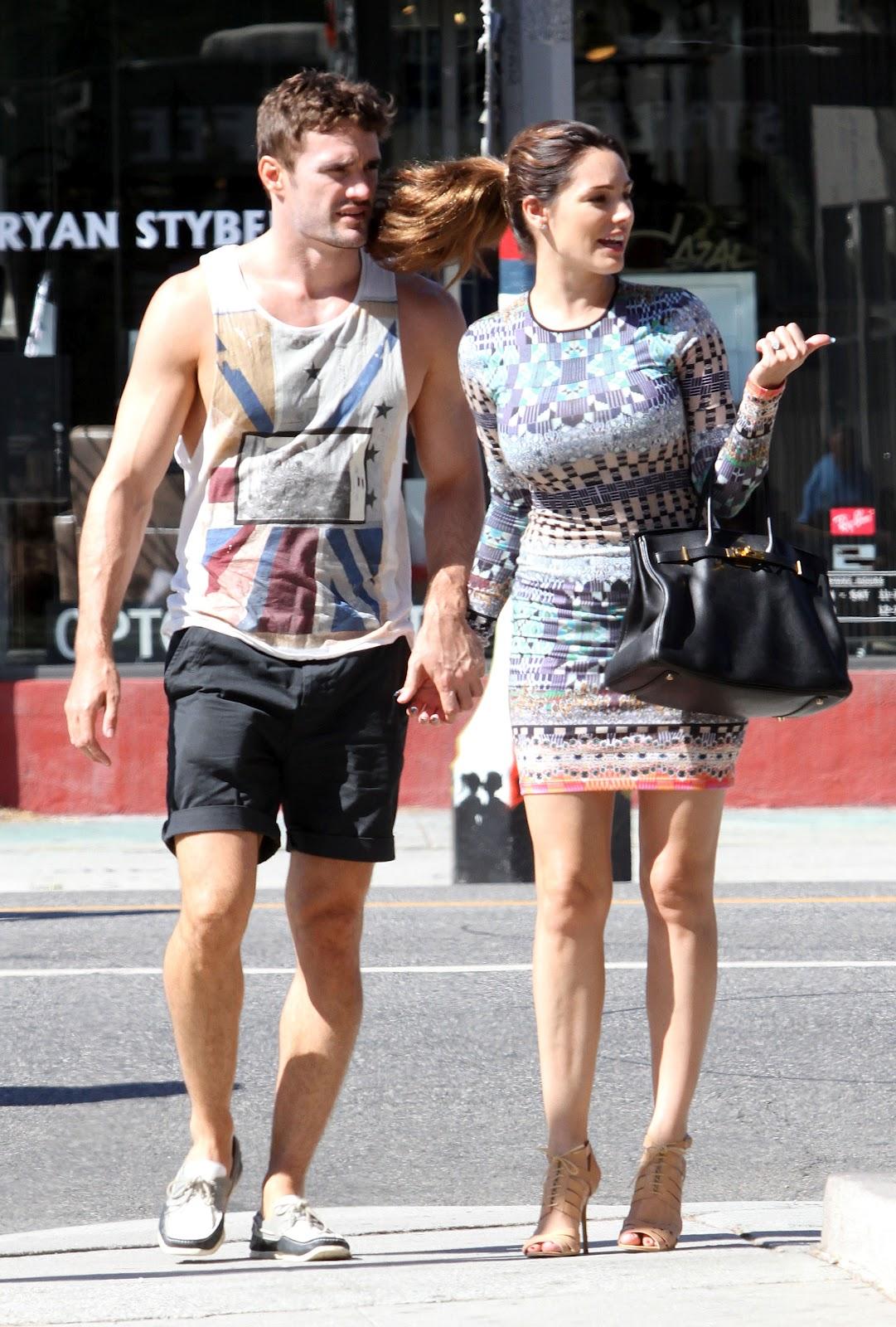 http://4.bp.blogspot.com/-6UquBZYG-Q8/UDtqrdRyiqI/AAAAAAAANjo/Fgwyum6GbMA/s1600/Kelly+Brook+wearing+a+mini+dress+out+in+Los+Angeles+August+25th+2012-03.jpg