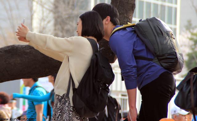 Pareja coreana tomándose una foto en Yeouido