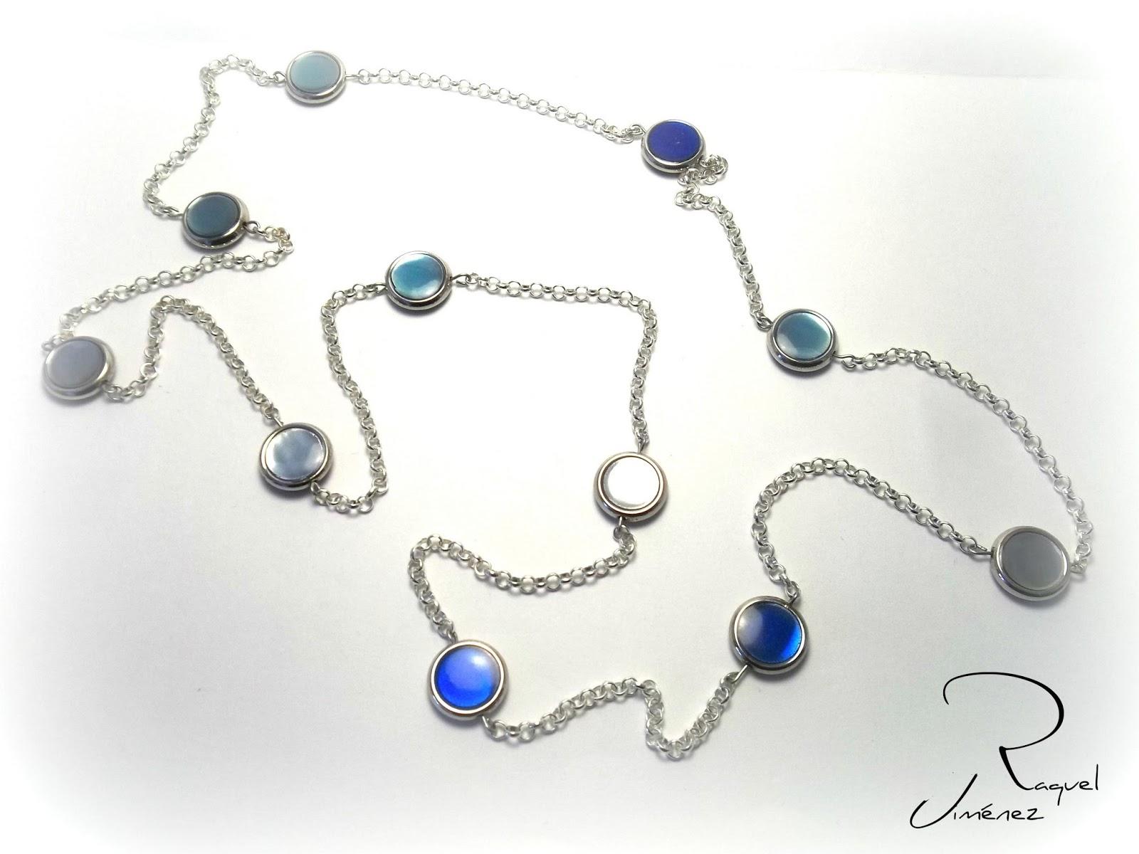 collar largo en azul