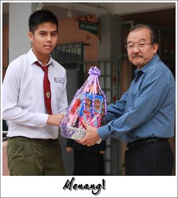 Fillyson menerima hamper kemenangan daripada Pengetua SMKLBS, En Tan Hock Sang