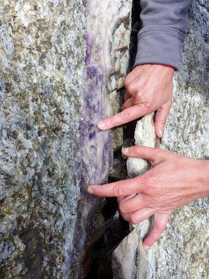 trouvé dans le massif du Mont-Blanc, cette petite veine de quartz améthyste
