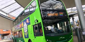 Numere de autobuz în culorile curcubeului. Șofer suspendat după ce a refuzat să conducă
