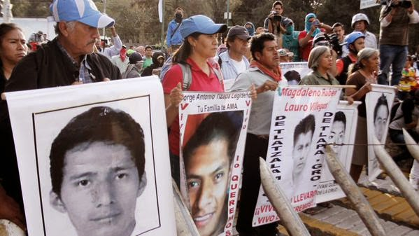 Padres de los 43 piden ayuda a líder de cartel para encontrar a sus hijos