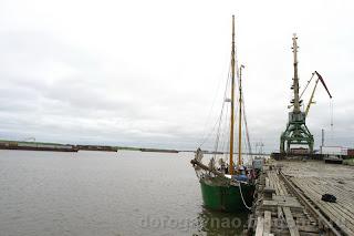 Яхта Петрина у причала Нарьян-Марского порта