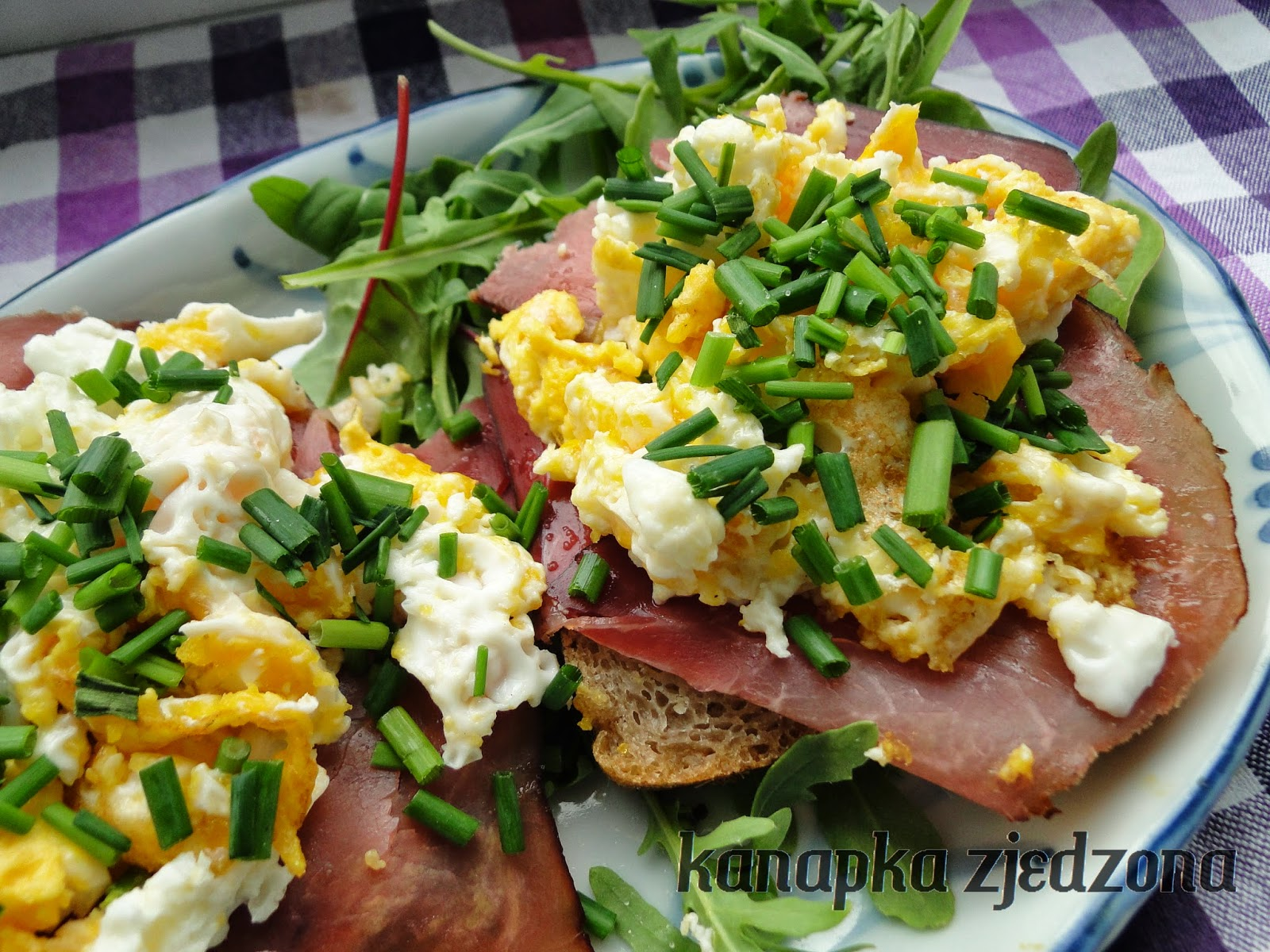 szynaka schwarzwaldzka, sandwich with scrambled eggs and ham, sándwich con huevos revueltos y jamón,  sandwich avec des oeufs brouillés et jambon, Sandwich mit Rührei und Schinken