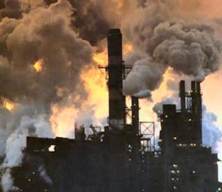dapat dilihaaaat asap dari setiap pabrik terlihat sangat berbahaya