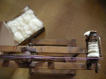 6) La mia postazione: il filarino, la lana cardata e la lana filata sulla rocca