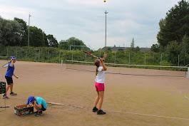 Tennisvalmentaja Olavi Lehto tenniskursseja tilauksen mukaan työyhteisöille perhetenniksenä