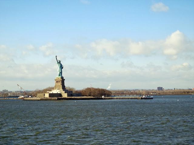 Die Freiheitsstatue von der Staten Island Fähre aus betrachtet