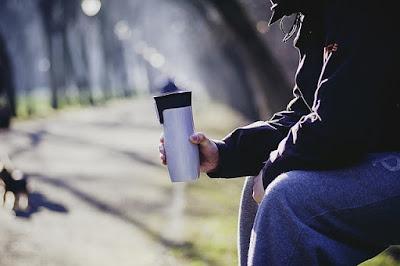 Ilustrasi minum kopi di taman