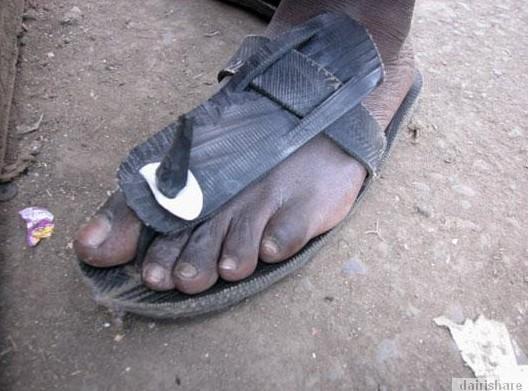 2013 08 23 214748 Kerana Kemiskinan Orang Afrika Buat Selipar Dari Tayar
