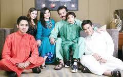 Anak-anak Datuk K bersama Datin Zawyah