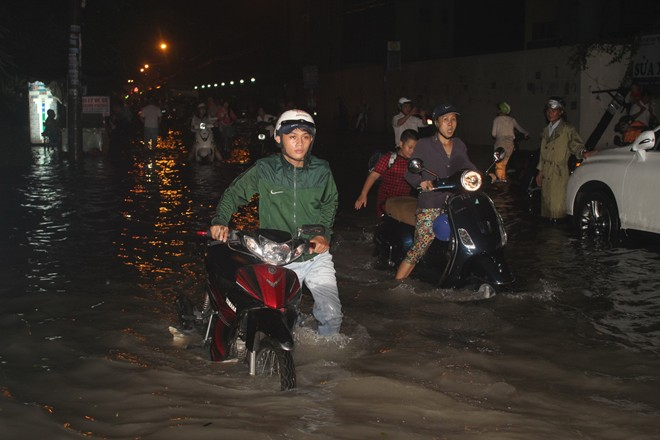 Mưa lớn, người Sài Gòn lại bơi trong nước bẩn