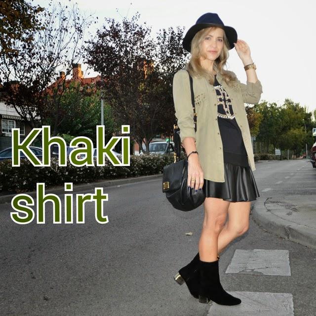 como combinar una camisa khaki