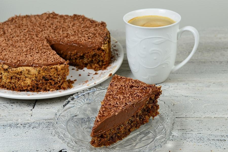 Ciasto czekoladowe z figami i żurawiną kawa w kawałku