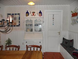 Kök i vitt, blå flaskor, lappteknik, liten gran