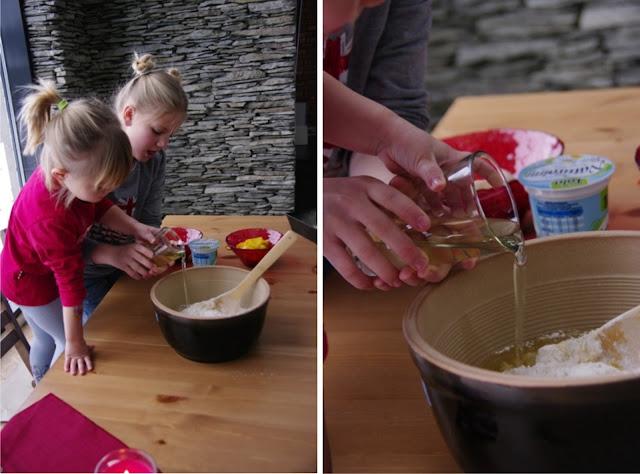 dzieci robią pyszne ciasto jogurtowe