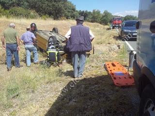 Los servicios de emergencias trabajan en asegurar la zona y rescatar a al víctima del vehículo