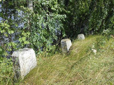 Вытесанные из камня столбы на Пименовой плотине