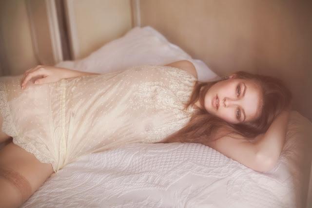 vivienne mok lingerie femme brune rousse allongée lit bas sexy dentelle